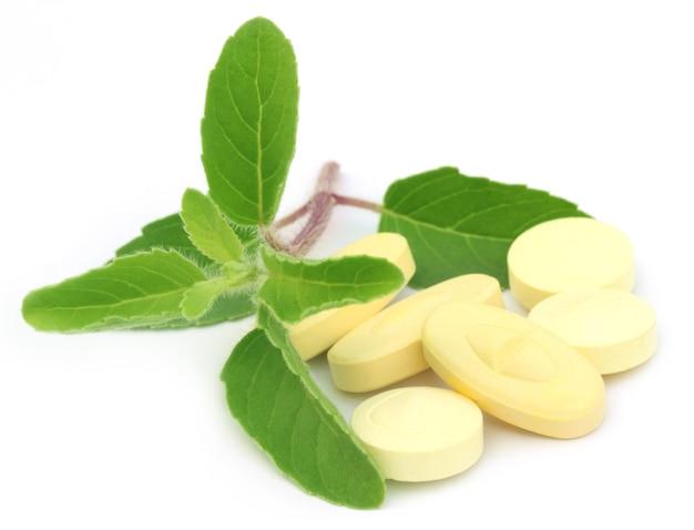 Таблетки с лекарственным базиликом или листьями туласи