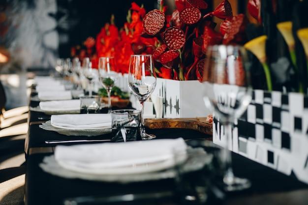 食器グラス、フラワーフォーク、ナイフは、居心地の良いインテリアのレストランでディナーにご利用いただけます