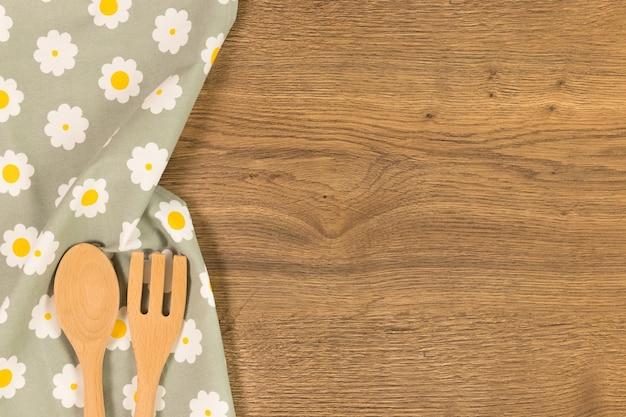 木製の背景に食器。あなたのテキストのためのスペースとトップビュー。