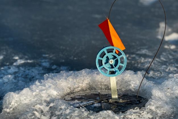 冬の釣りに取り組む、生き餌の穴で冬の釣り。
