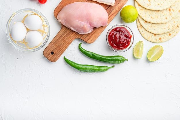 タコスの食材を使った自家製の本格的なメキシコ料理、白いコンクリートの上