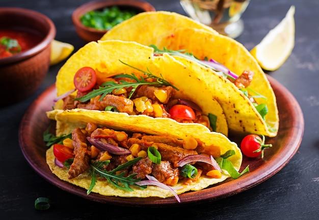 Тако. мексиканские тако с говядиной, кукурузой и сальсой. мексиканская кухня. копировать пространство.