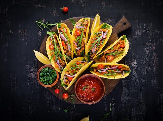タコス。牛肉、とうもろこし、サルサを添えたメキシコのタコス。メキシコ料理。上面図、フラットレイ、コピースペース。
