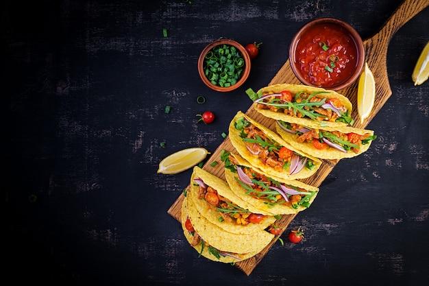Тако. мексиканские тако с говядиной, кукурузой и сальсой. мексиканская кухня. вид сверху, плоская планировка, копия пространства. Premium Фотографии