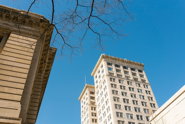 Такома, вашингтон, сша. апрель 2021 года. здания в центре города в солнечный день.