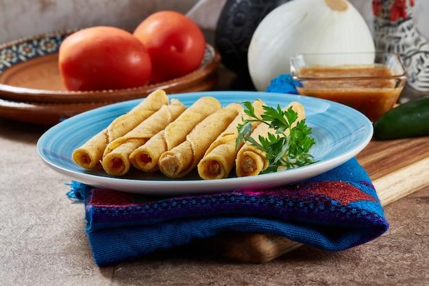 Tacos dorados de pollo naturales o flautas de pollo