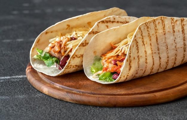 タコス-木の板に伝統的なメキシコ料理