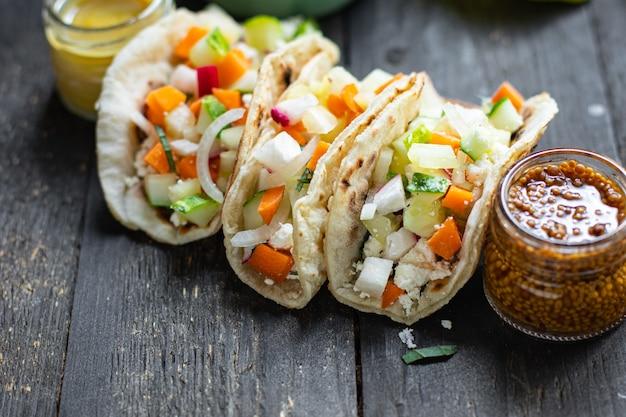 タコス野菜ドネルケバブフラットブレッドタコステーブル上の健康食品食事スナックコピー宇宙食