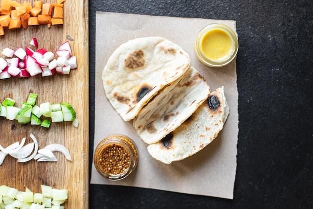 タコス野菜ドネルケバブフラットブレッドタコステーブル上の健康的な食事スナックコピー宇宙食