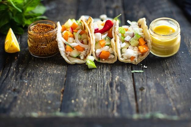 タコス野菜詰めフラットブレッドドナーケバブピタミールスナックテーブルコピー宇宙食
