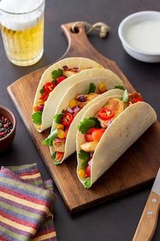 닭고기, 토마토, 옥수수, 양파를 곁들인 타코. 멕시코 음식. 패스트 푸드.