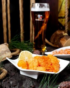 レモンとビールのグラスとタコス