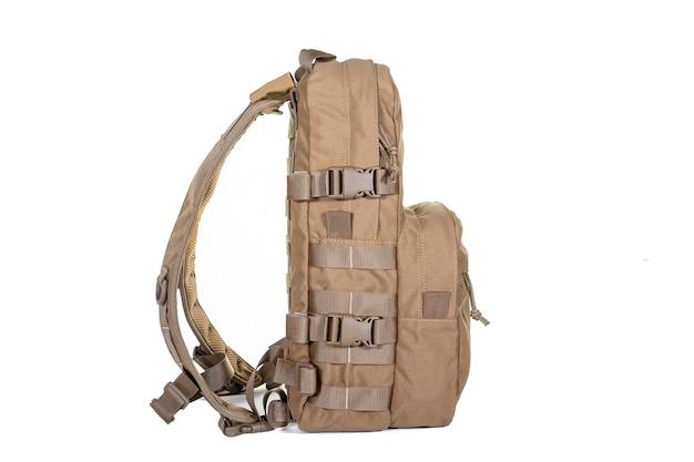 흰색 표면 장비 군사 관광에 고립 된 전술 배낭 색상 코요테 전면보기