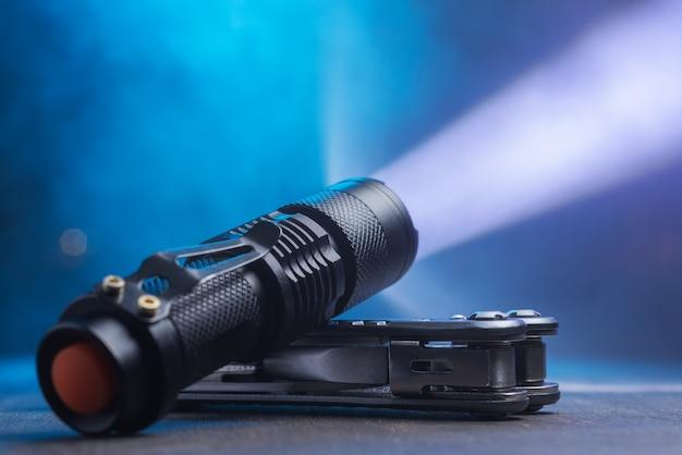 Тактический водонепроницаемый фонарь. светодиодный фонарик светит на стол дымом ..