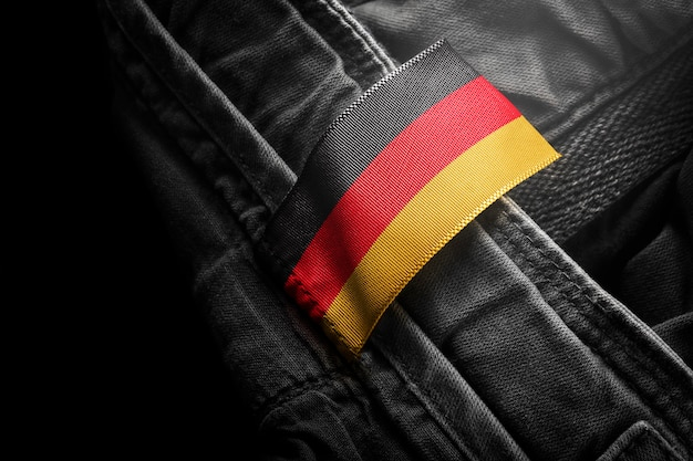 독일 국기의 형태로 어두운 옷에 태그를 붙입니다.