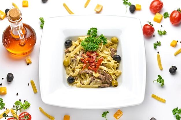 Паста тальятелле с полоской говяжьего стейка и вялеными помидорами с тертым пармезаном