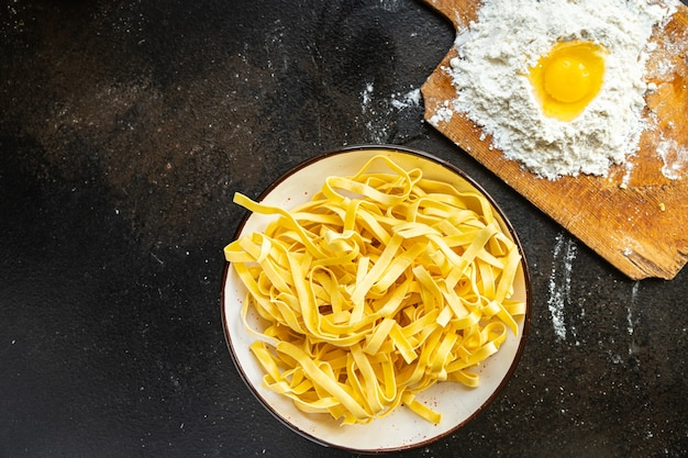 タリアテッレ生パスタデュラム小麦新鮮な部分は、テーブルのコピースペースで食事スナックを食べる準備ができています