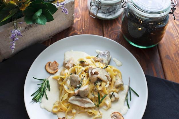 Tagliatelle 채식 파스타 요리와 버섯 - 스톡 이미지