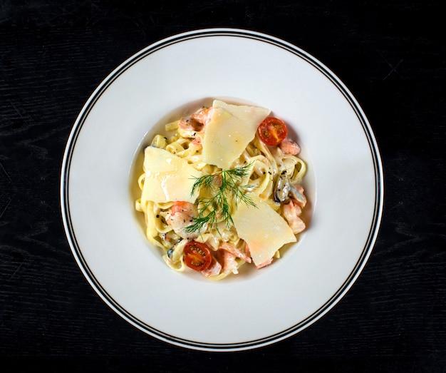 Tagliatelle with cream sauce and salmon