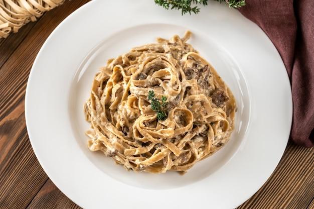 포르치니 버섯과 크림 소스를 곁들인 탈리아텔레