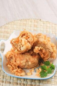 Таху иси или индонезийский жареный тофу, традиционная закуска из хрустящего тофу, фаршированная овощами для жарки, подается с чили или соусом чили.