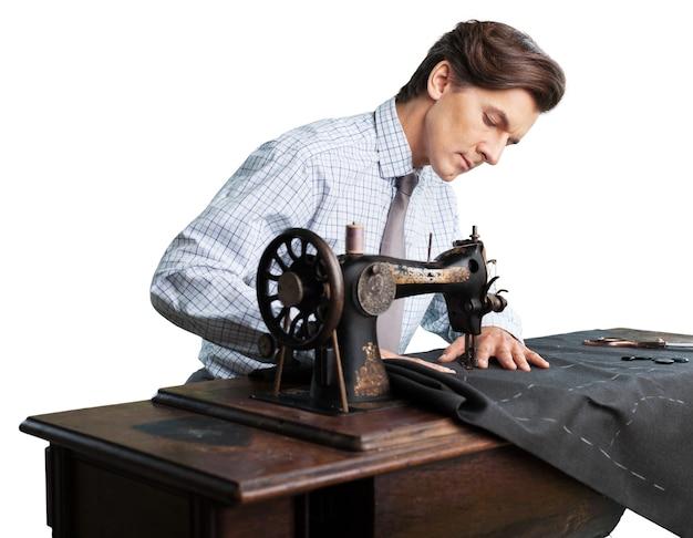 직장에서 재단사. 재단사가 게에서 옷을 바느질 하는 자신감이 젊은 재단사