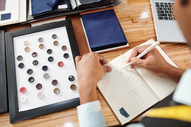 ジャケットのファッションスケッチを描き、カタログからボタンを選択する