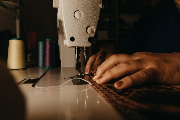 ミシンで編み物を仕立てます。高品質の写真