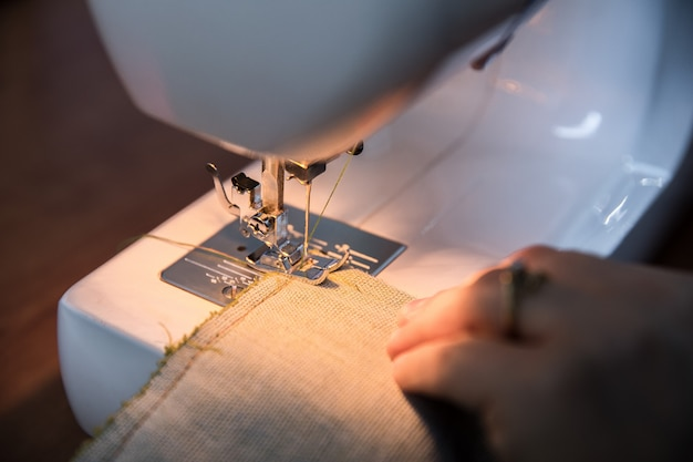白いミシンで編み物を仕立てる