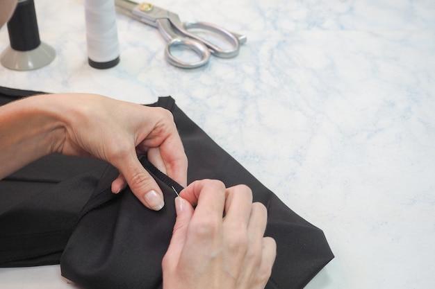Портной бизнес. подол штанов вручную с помощью иголки и нитки