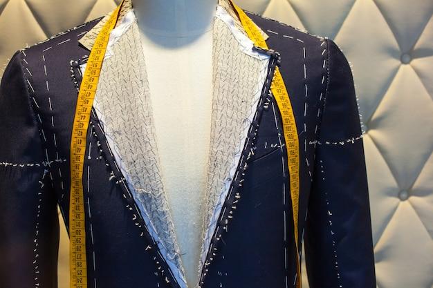 무역 도구와 옷감을 갖춘 양복점