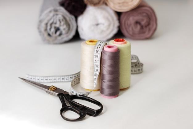 テーブルの背景に糸串と布ではさみを仕立てる