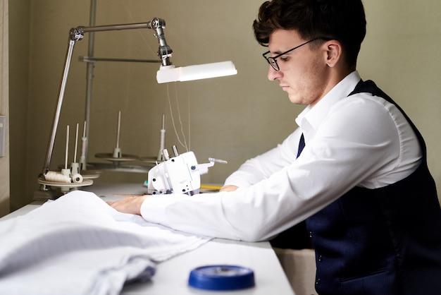 ミシンで縫製服を調整する