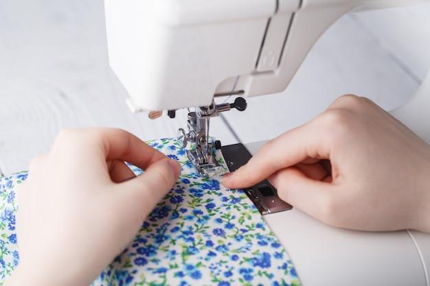 Портной работает на швейной машине