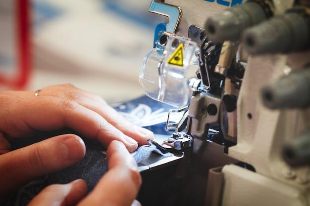 Процесс пошива женских рук за шитьем.