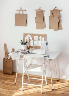 ミシンとテーブルを備えた仕立てスタジオ