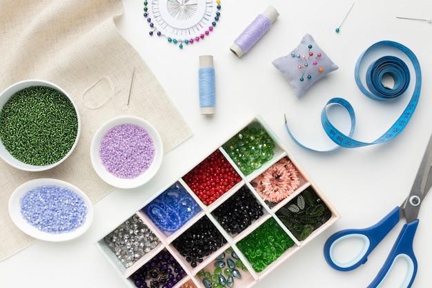 Ассортимент швейных инструментов и элементов