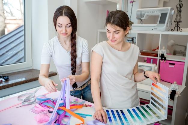 Портные выбирают ткань для платья
