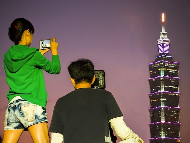 Taipei 101 здание ночью.