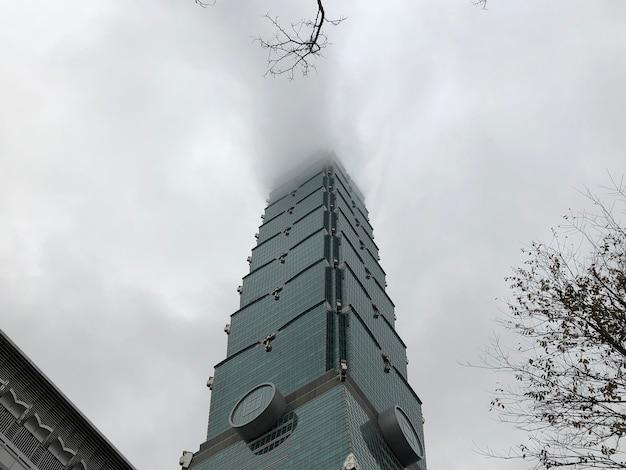濃霧のある台北101タワービル