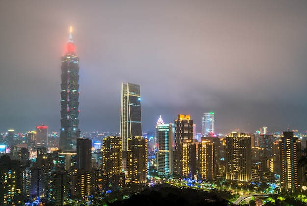 밤에 타이페이 스카이 라인 대만 중국 프리미엄 사진