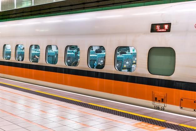 Taipei -taiwan、2018年6月19日:台湾高速鉄道台北駅プラットフォーム2018年6月19日台北、台湾の高速鉄道は最も重要な交通機関になりました