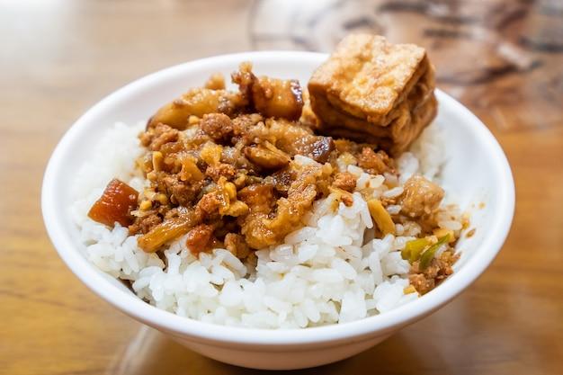 Знаменитая тайваньская еда - тушеная свинина и жареный тофу на рисе. свиной рис, тушеный в сое, тайваньские деликатесы, тайваньская уличная еда