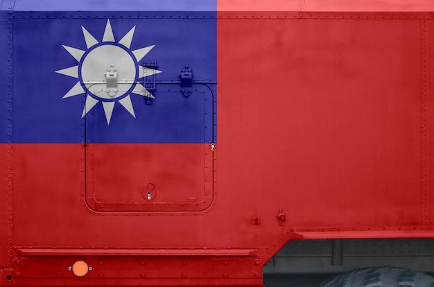 Флаг тайваня изображен на боковой части военного бронированного грузовика крупным планом.