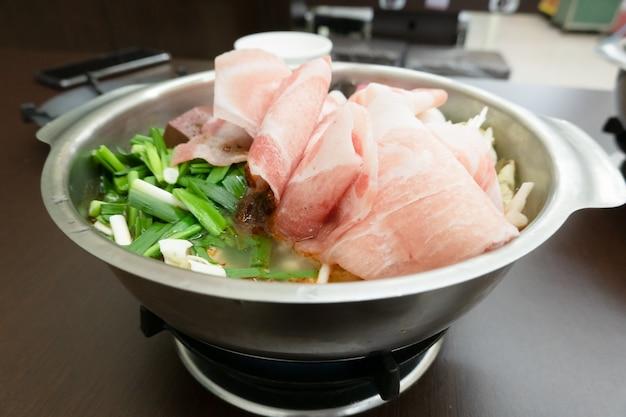 レストランで豚肉と野菜をスライスした台湾鍋