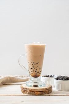 거품과 함께 대만 우유 차. 인기 아시아 음료