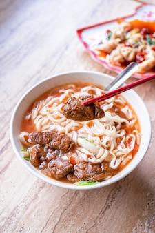 Тайваньский рамен с бульоном в томатном соусе