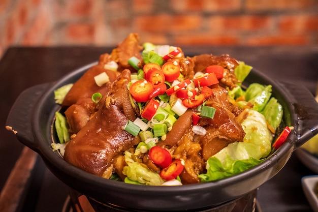 高雄の台湾の伝統的なおいしい豚スネの煮込みペティト