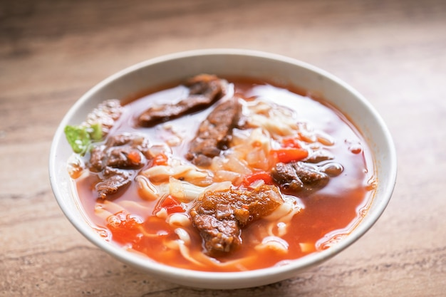 台湾料理-ボウルにトマトソースのスープが入ったビーフヌードルラーメン
