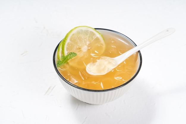 台湾料理-白いボウルに入ったおいしい冷たい飲み物のデザートオーギョーチ